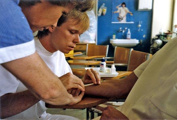 Un élève masculin en cours de pratique, 1986