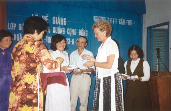 Dans le cadre du programme généraliste, des stages à l'étranger sont organisés. Au Vietnam, le projet est plus important : l'Ecole La Source initie, sous la responsabilité de la responsable de formation, Michèle Monnier, un programme en santé communautaire pour les infirmières et infirmiers vietnamiens. Christiane Augsburger distribue les diplômes, en 2000.
