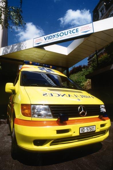 Une ambulance devant l'entrée de VidySource. © Thierry Zufferey, Lausanne.