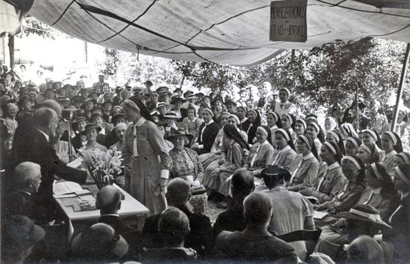 Journée Source 1938, dans le jardin du Foyer Source : les élèves reçoivent leur diplôme. © Madeleine Otth, Lutry.