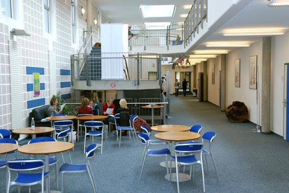 Le hall du nouveau bâtiment : les espaces intérieurs.