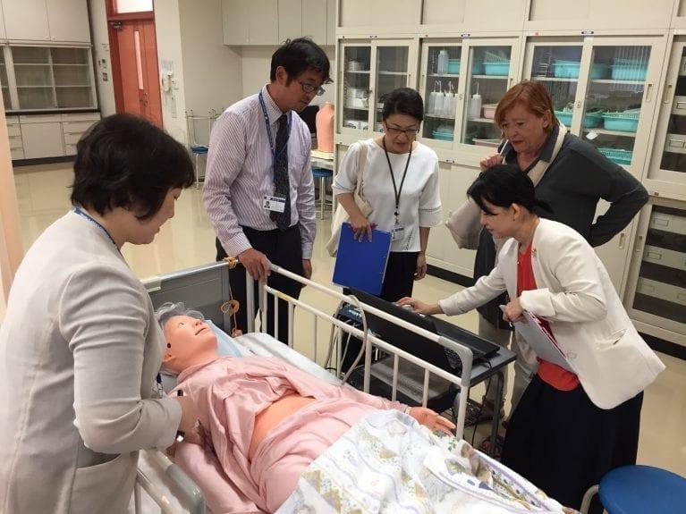 Visite à la Japanese Red Cross College of Nursing Hiroshima, simulation
